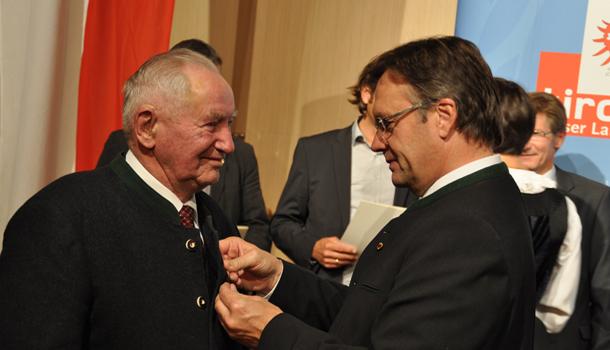 Sebastian Oberlohr aus Kals a. Gr. erhielt als Betreuer des Heimatmuseums und Funktionär der Schützengilde Kals die Tiroler Ehrennadel von LH Günther Platter angesteckt.