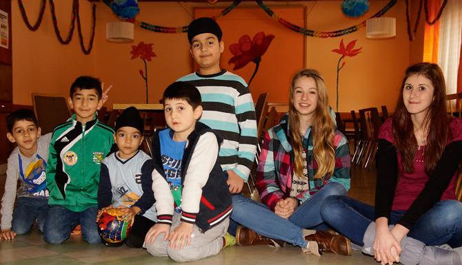 Für die Bewohner der Angerburg engagieren sich oft auch Ehrenamtliche. Im Bild: Die BORG-Schülerinnen Melanie Kröll und Leonie Lanser betreuten Kinder im Rahmen eines Schul- und Sozialprojektes.
