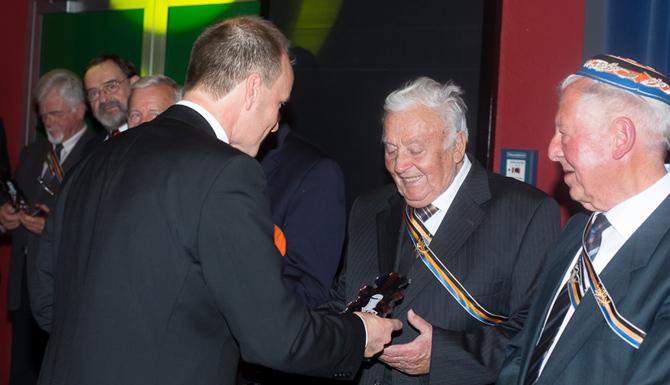 Notar Mag. Markus Mayr v. Phineas ehrte die der Gemeinschaft in den letzten Jahrzehnten in herzlicher Freundschaft verbundenen Mitglieder, unter ihnen HR Dir. Prof. Emil Erhart v. Dr. cer Alarich (rechts außen) und OSR Gabriel Ortner v. Dr. cer Pluto (zweiter von rechts).