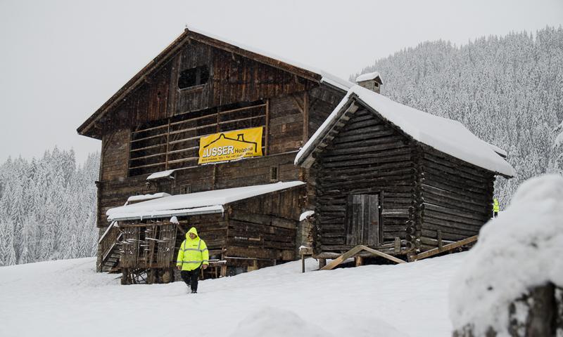 """Ein Holzstadel - in Osttirol inzwischen als """"Bond-Haus"""" bekannt - wurde für die Dreharbeiten im Jänner und Februar 2015 umgebaut."""