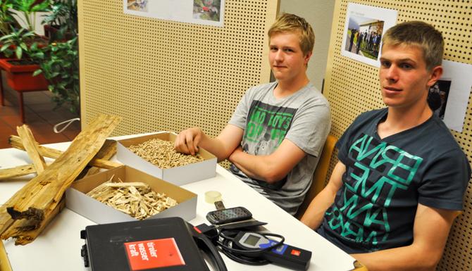 Auch die beiden LLA Schüler Stefan Wibmer (links) und Mathias Lublasser aus St. Johann im Walde haben den Energieverbrauch von Elektrogeräten gemessen.