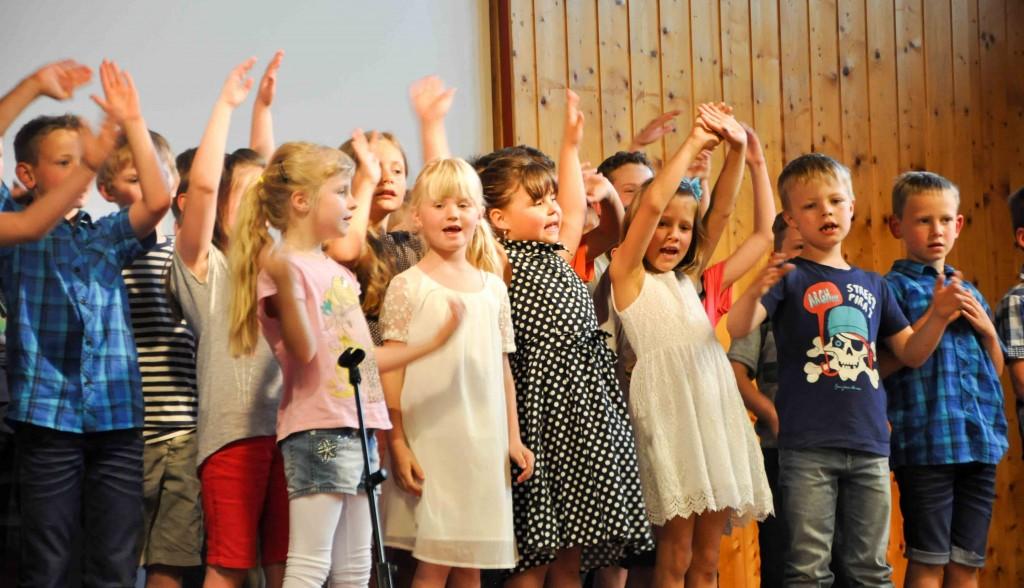 """Die Kinder der VS Ainet trugen bei der Abschlussfeier begeistert Lieder zum Thema """"Mutter Erde"""" vor."""