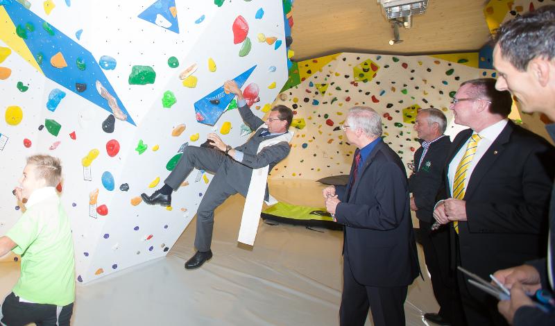 Der Sillianer Dekan testete nach der Segnung die Boulderwand unter dem Applaus der vielen Festgäste.