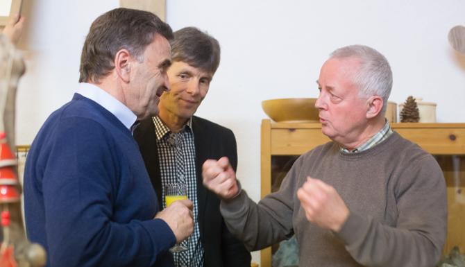 v.l.n.r.: Bgm. Franz Hopfgartner, Richard Schneider (Leiter Kreativgruppe), Künstler Oswald Blassnig
