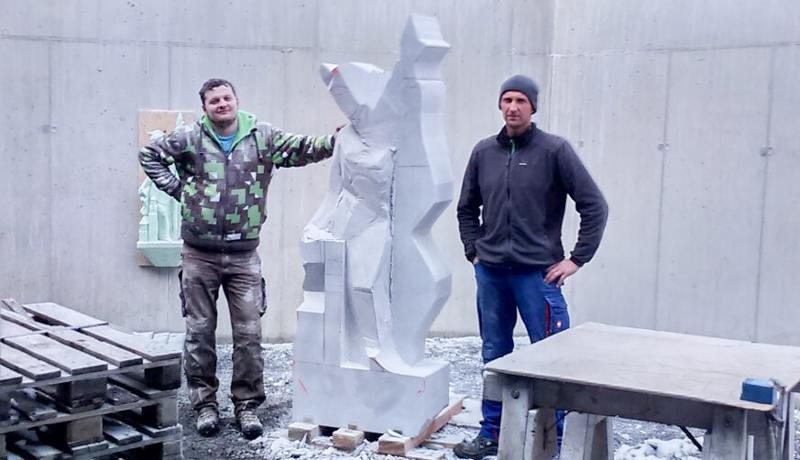 Der Bildhauer Virgil Fuetsch (links) und der Steinmetz Franz Martin Lang beim Arbeiten an ihrer Skultptur des Hl. Florian