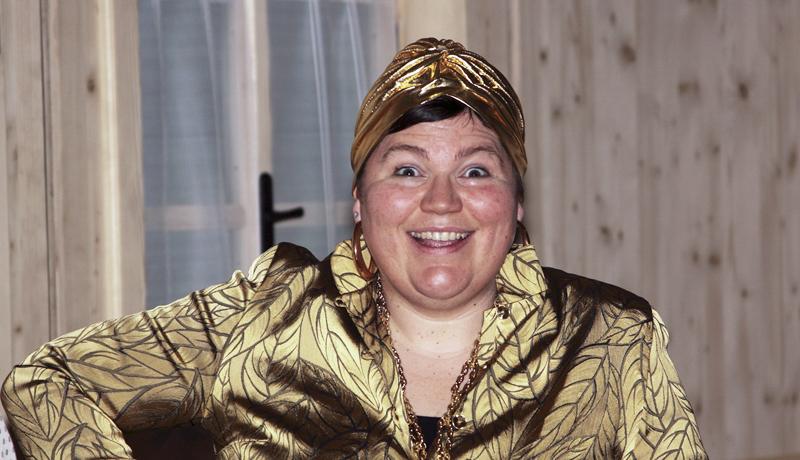 Monika Oberlohr spielt die reiche Erbtante aus Afrika.