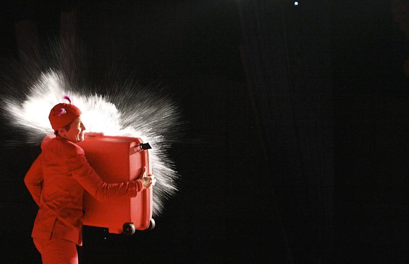 olala2016-waterbombs_christina_suitcase300_acrobuffos