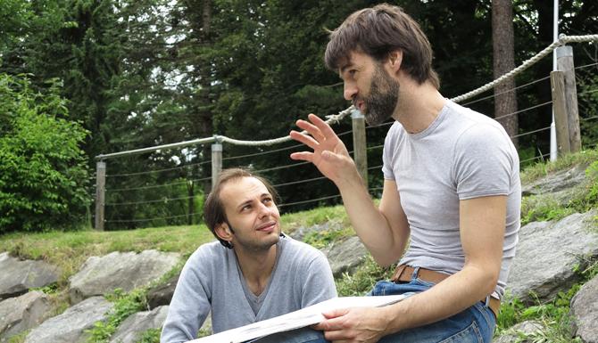 Der Künstler Peter Niedertscheider (rechts) unterrichtet ehrenamtlich Kamal Al-Masri, der ein Kunststudium anstrebt.