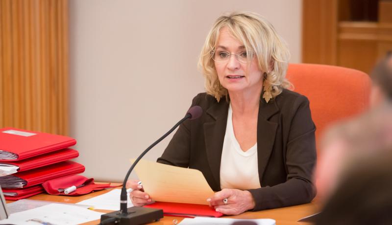 """Bgm. LA DI Elisabeth Blanik: """"Alle 21 Mandatare tragen wirtschaftliche Verantwortung. Das Dolomitenbad neu wird natürlich auch Verluste schreiben. Mit dem Ruhetag können wir diesen um 110.000 Euro im Jahr verringern."""""""