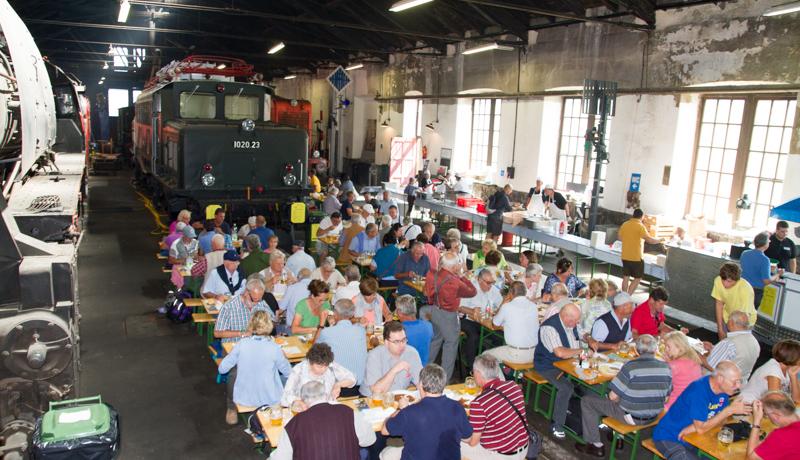 Zahlreiche Besucher genossen im Flair des Heizhauses bei hochsommerlichen Außentemperaturen erfrischende Getränke und kulinarische Köstlichkeiten wie z.B. das Südbahngulasch.