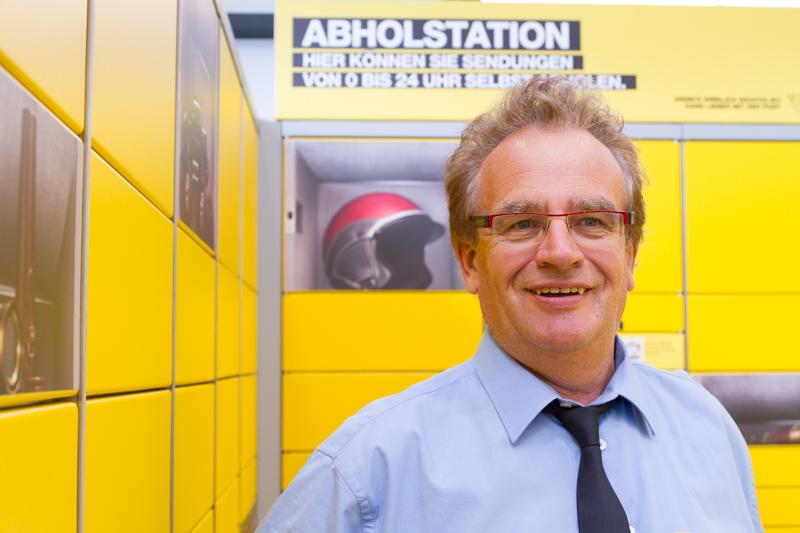 Filialleiter Ulrich Altenweisl vor der modernen Abholstation für Pakete.