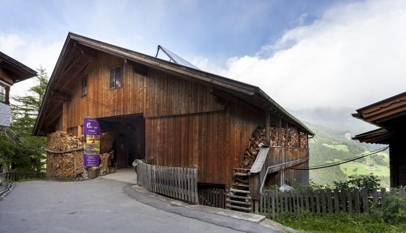 Im Stadel des Strumerhofes, der zu dem in 1.451 m Seehöhe hoch oberhalb Matreis gelegenen bergbäuerlichen Anwesen der Familie Holzer gehört, wartet jedes Jahr aufs Neue Anregendes, Traditionelles und Außergewöhnliches auf Entdeckung.