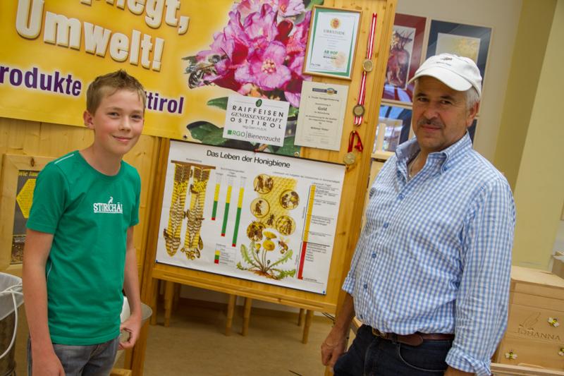 Bio-Imker Peter Wibmer und Jungimker Niklas Moosmair wussten viel über die Arbeit mit Bienen und die Herstellung von Honig zu erzählen.