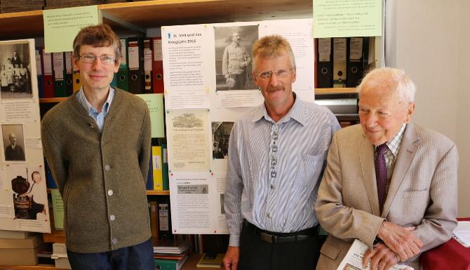 Dr. Michael Huber (im Bild links außen) eröffnete am Sonntag, 7.8., die sehenswerte Ausstellung. Zur Vernissage kamen, neben zahlreichen Interessierten, auch der Bürgermeister von St. Veit, Vitus Monitzer (Bildmitte) ...