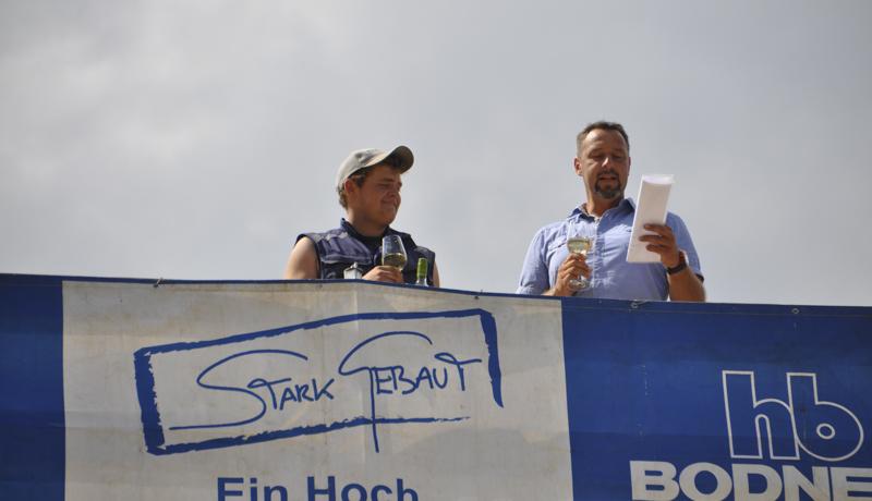 Polier Josef Pfurner (rechts) sprach in feierlicher und witziger Weise die offiziellen Worte.