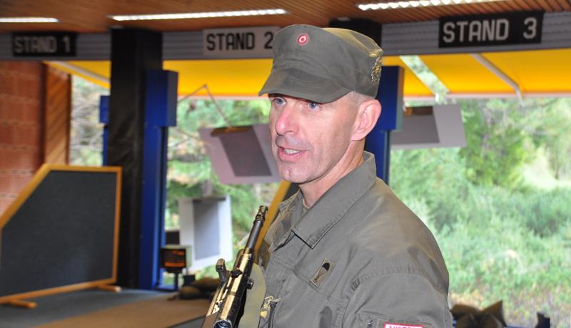 Oberst Bernd Rott bei der Einweisung am Schießstand