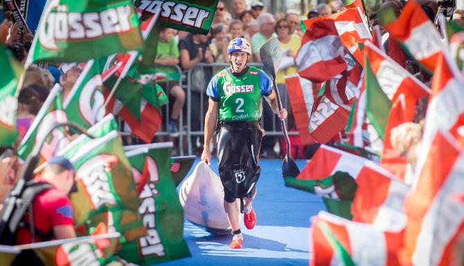 Harald Hudetz lief als erster Kajaker am Lienzer Hauptplatz ein.