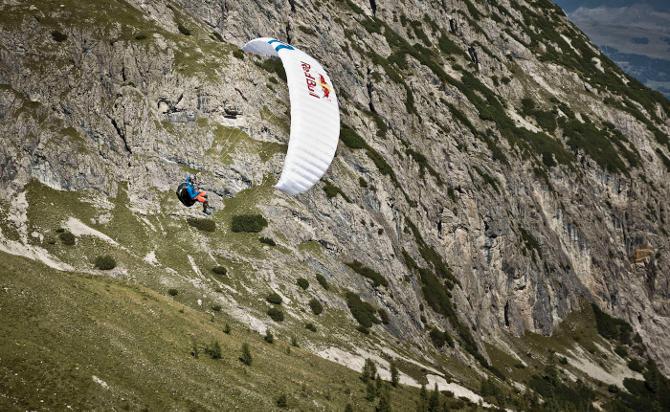 Paragleiter Paul Guschlbauer gelang es – nach einer spannenden Aufholjagd – schließlich als erster im Dolomitenstadion zu landen.
