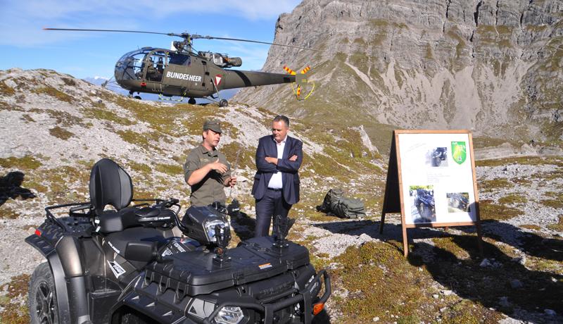 Major Sandro Sokor erklärte dem Minister Details des UGF Polaris.