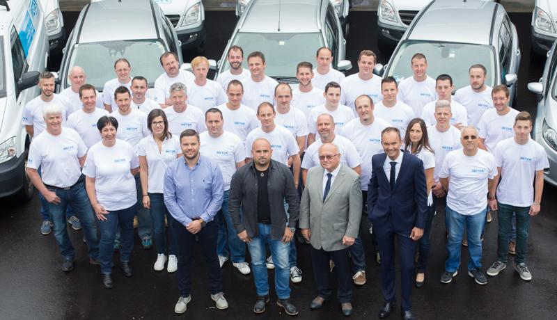 Gleichzeitig mit der Segnung der neuen Produktionshalle freuten sich Inhaber, Geschäftsleitung und Mitarbeiter über das 40-jährige Bestehen des Unternehmens.