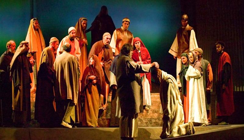 2006 und 2010 hat Dr. Alfred Meschnigg die Passion in Lana bei Meran (Südtirol) auf die Bühne gebracht. Er stellte uns Bilder von diesen Aufführungen von Paul Peter Gasser zur Verfügung.