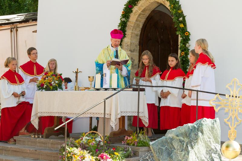Der Generalvikar der Diözese Gurk-Klagenfurt, Msgr. Engelbert Guggenberger, zelebrierte das Hochamt und nahm die Segnung der neurenovierten Lourdeskapelle mit Aufziehen der Turmkugel vor.