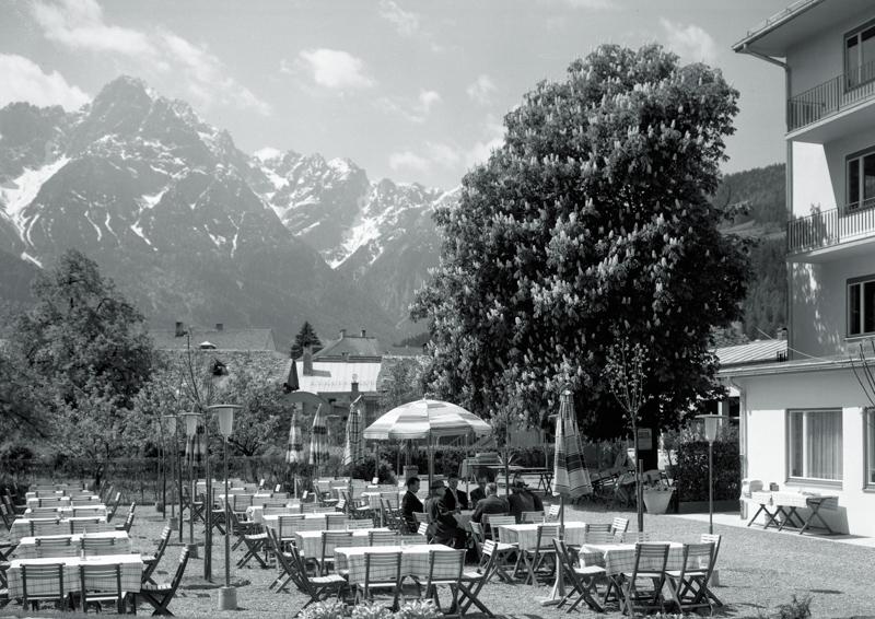 """Einkehrschwung im """"Gasthof Glöcklturm"""", um 1975 (Fotograf: Georg Baptist; Sammlung Foto Baptist - TAP)"""