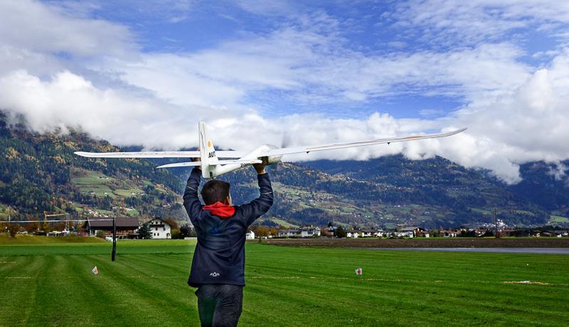 """Philipp Gomig - Sieger der Jugendklasse - beim Start seines Segelflugzeuges """"Cularis"""". Auf dem Bild ist auch das Tor zu sehen, das möglichst ohne Berührung durchflogen werden muss."""