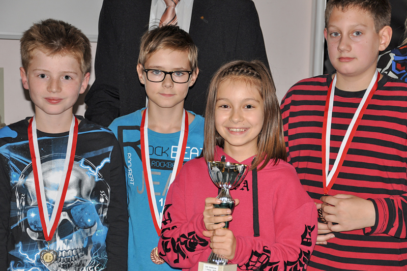 Die besten Schachspieler der 1. Klassen v.l.n.r.: Elias Lukasser, Manuel Kristler, Amélia Zamojska, Marc Steinbrugger
