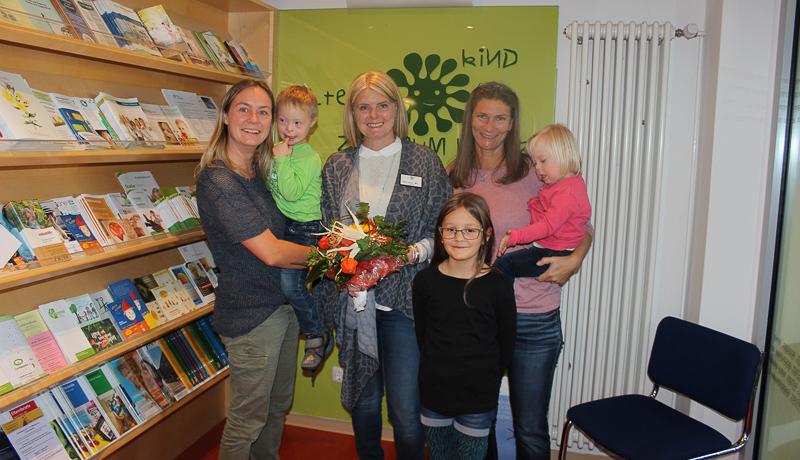 Organisatorin Sandra Lassnig, Bärbl Ebner (GF EKiZ) und Hand in Hand-Obfrau Pia Schlickenmaier (v.l.n.r.) mit jungen Besucherinnen und Besuchern des Familientreffens