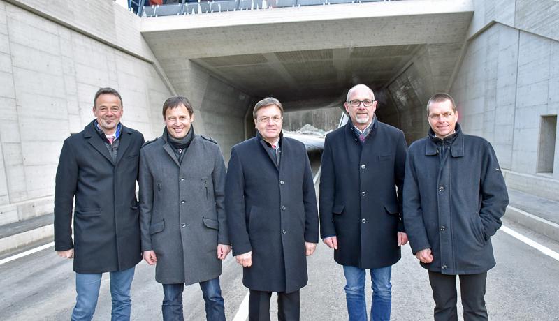 v.l.n.r.: Christian Molzer (Vorstand Abt. Verkehr und Straße), Harald Haider (Leiter BBA Lienz), LH Günther Platter, Bernhard Schneider (Bgm. Assling), Günter Guglberger (Leiter SG Brücken- und Tunnelbau)