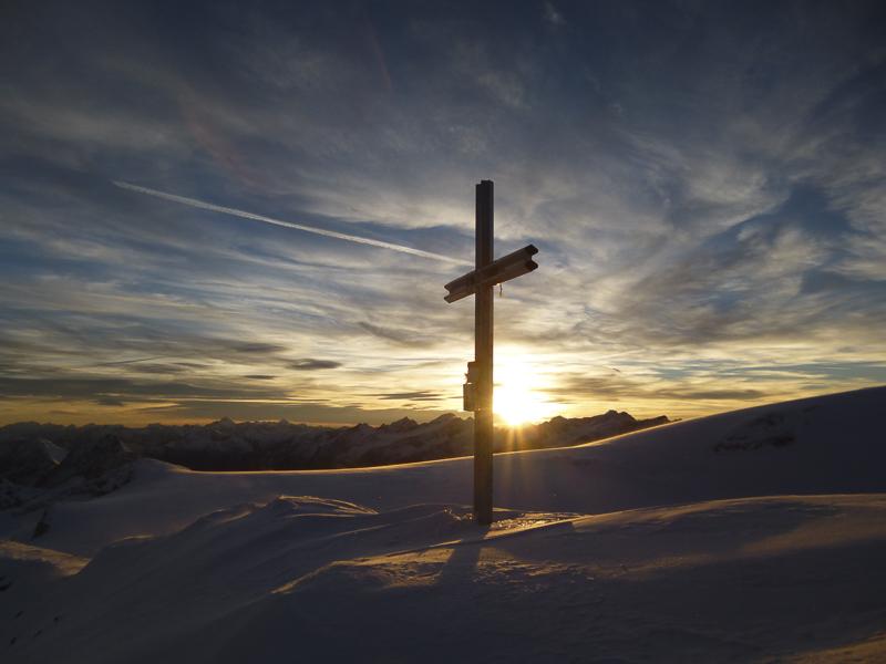 """Zu Sonnenuntergang standen die drei Alpinisten beim Gipfelkreuz und nannten ihre Route """"Hobby Strahler""""."""