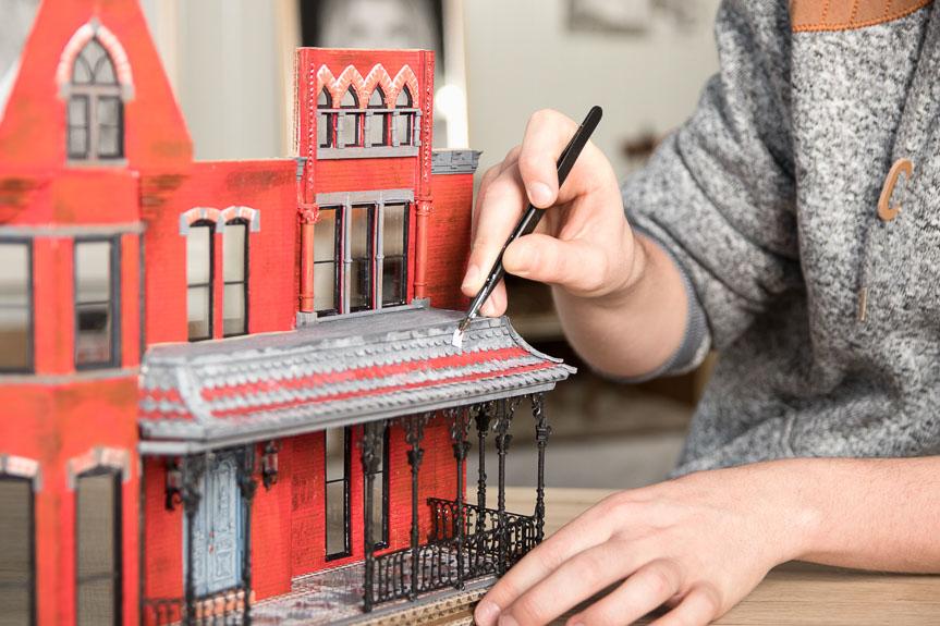 Huberts Erste Miniatur Arbeit War Das Haus Der Zauberhaften Schwestern Aus  Der Berühmten US Serie U201eCharmedu201c. Mehr Als 20 Mal Baute Er Das  Viktorianische ...