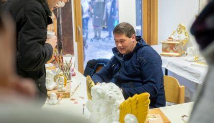 16.12.2018, Oesterreich, Anras, Gemeindeplatz, Bergadvent, Im Bild: Vergolder Josef Kollreider , Brunner Images 2018, Foto: Brunner Images / Philipp Brunner