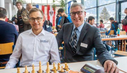 Im Bild v.l.: Grossmeister Noel Studer und Turnierleiter Weiler Georg